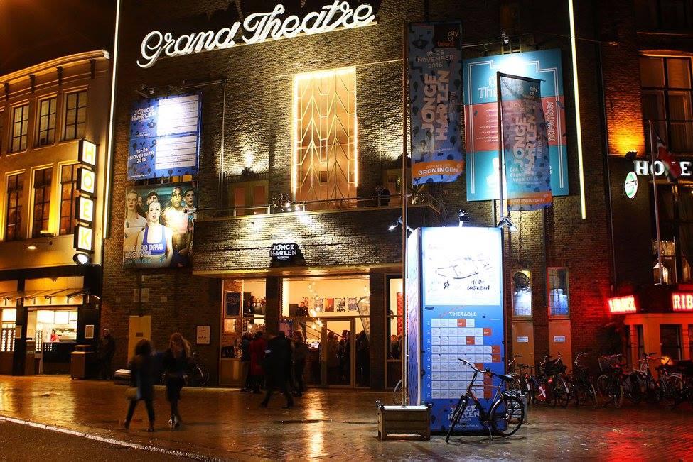 Verzameling aan signing en promotiemiddelen met een grote promotiezuil, bannertoren in Groningen voor evenement