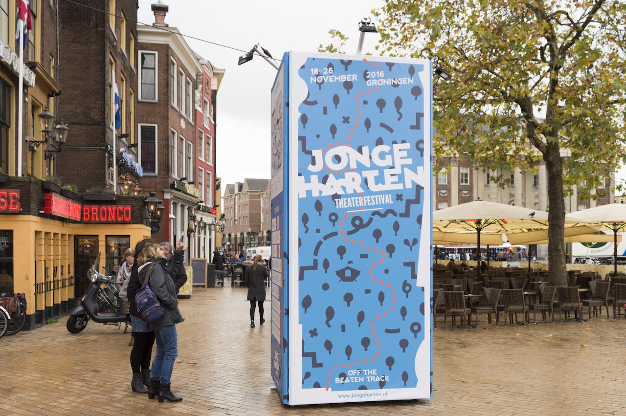 Vrijstaande promotiezuil of reclamezuil, bannertoren ter promotie en reclame van festival Groningen