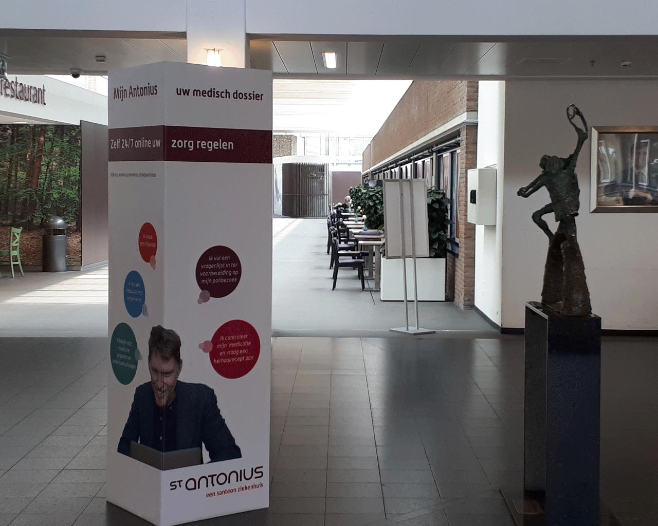 Informatiezuil, signing geplaatst door Smooth Sign voor ziekenhuizen in Woerden, Utrecht en omgeving