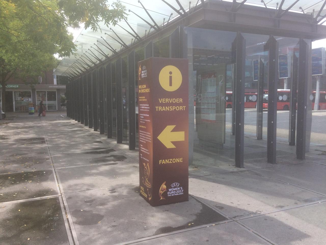 Informatie en wayfinding zuil en citydressing tijdens groot stadsevenement in Enschede.