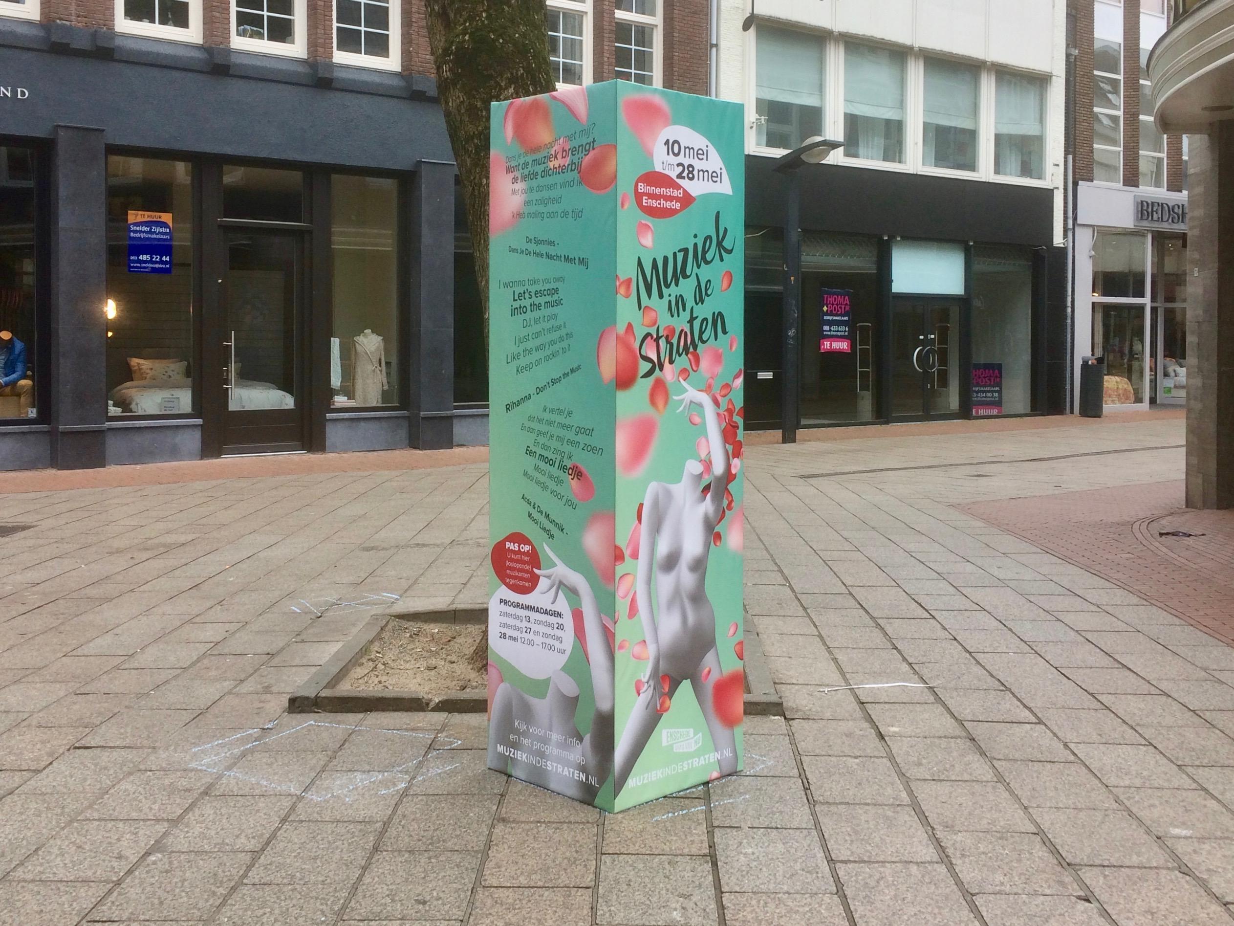 Reclamezuil in winkelstraat Enschede als promotiemiddel voor enkele weken.